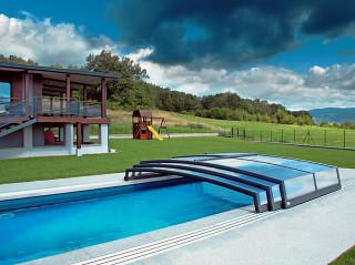 Nízké bazénové zastřešení CORONA™ u moderního domu
